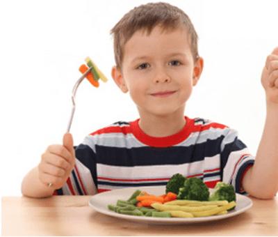 ребенок ест овощи